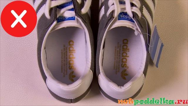 Однонаправленная надпись Adidas у фальшивки