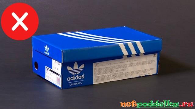 Вмятины на коробке поддельных кроссовок Adidas