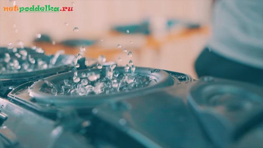 Вода в динамике во время воспроизведения музыки