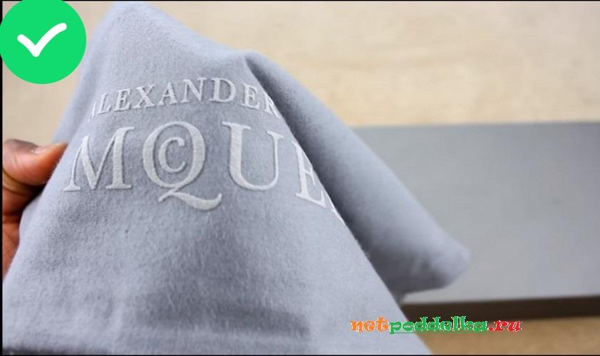 Надпись Alexander McQueen на фирменном пыльнике